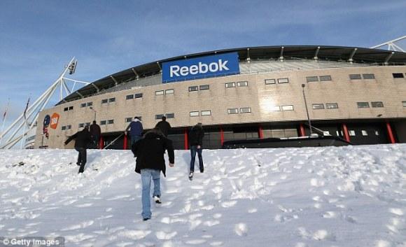 Snowfall in UK: tifosi-scalatori raggiungono lo stadio